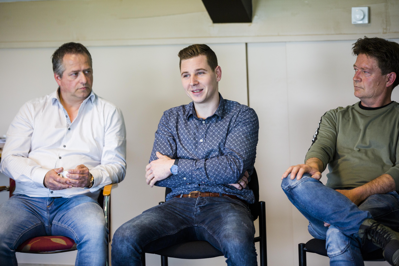 Luuk Winkelmolen (midden) vertelt hoe hij met zijn plan de verbinding tussen boer en consument maakt