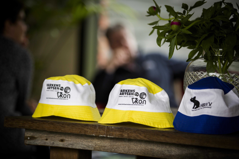 De hoedjes, waarmee het publiek op 28 mei haar stem laat zien